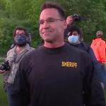 وقتی یک کلانتر و پلیس های همراهش در میشیگان داوطلبانه خلع سلاح و با تظاهر کنندگان همراه میشوند (کلیپ کوتاه)
