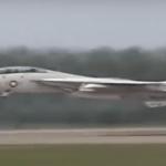 صحنه ای به یاد ماندنی از پرواز نزدیک به سطح زمین جنگنده F-14