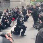 """لحظات تاریخی زانو زدن پلیس آمریکا در برابر """"اراده مردم"""" و واکنش تظاهر کنندگان"""