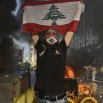تظاهر کنندگان ناراضی از اوضاع اقتصادی در لبنان دیوارها/موانع سیمانی را پایین میکشند (کلیپ کوتاه)