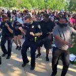 رقص پلیس و گارد ملی آمریکا با تظاهر کنندگان (کلیپ های کوتاه)