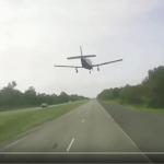 فرود اضطراری هواپیمای سبک در بزرگراهی در آمریکا
