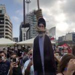 عکس و ویدئوی حلق آویز کردن ماکت حسن نصر الله (با ابعاد کوچکتر!) در تظاهرات لبنان