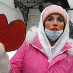زندانی سیاسی آزاد باید گردد؛ تظاهرات زنان با گل رز و نماد قلب در ولنتاین سرد روسیه (کلیپ کوتاه)